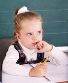 黒板の近くの教室で小学生. — ストック写真