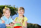 Dziewczynka gra w parku. — Zdjęcie stockowe