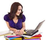 Meisje met stapel kleur boek en laptop. — Stockfoto