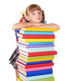 Uczennica z plecaka trzyma stos książek. — Zdjęcie stockowe