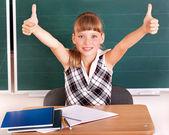 écolier dans la salle de classe près de tableau noir. — Photo