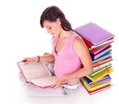 Flickan läsa boken på golvet. — Stockfoto