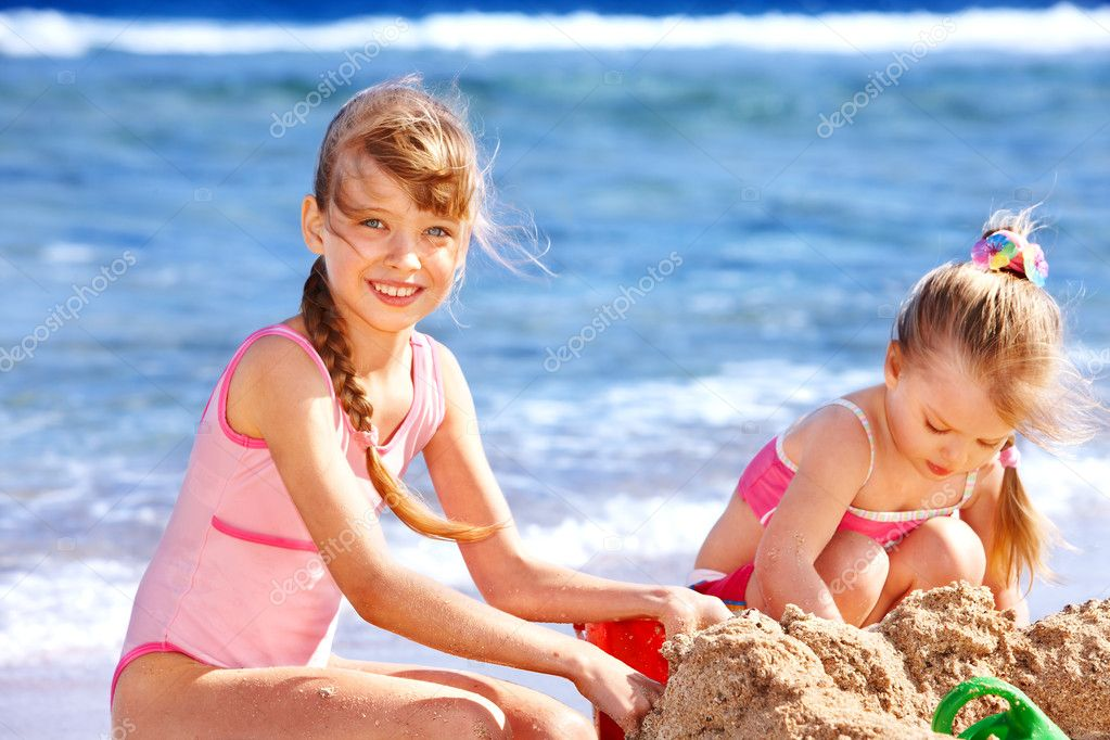 Little girl  playing on  beach. — Stock Photo #6335590