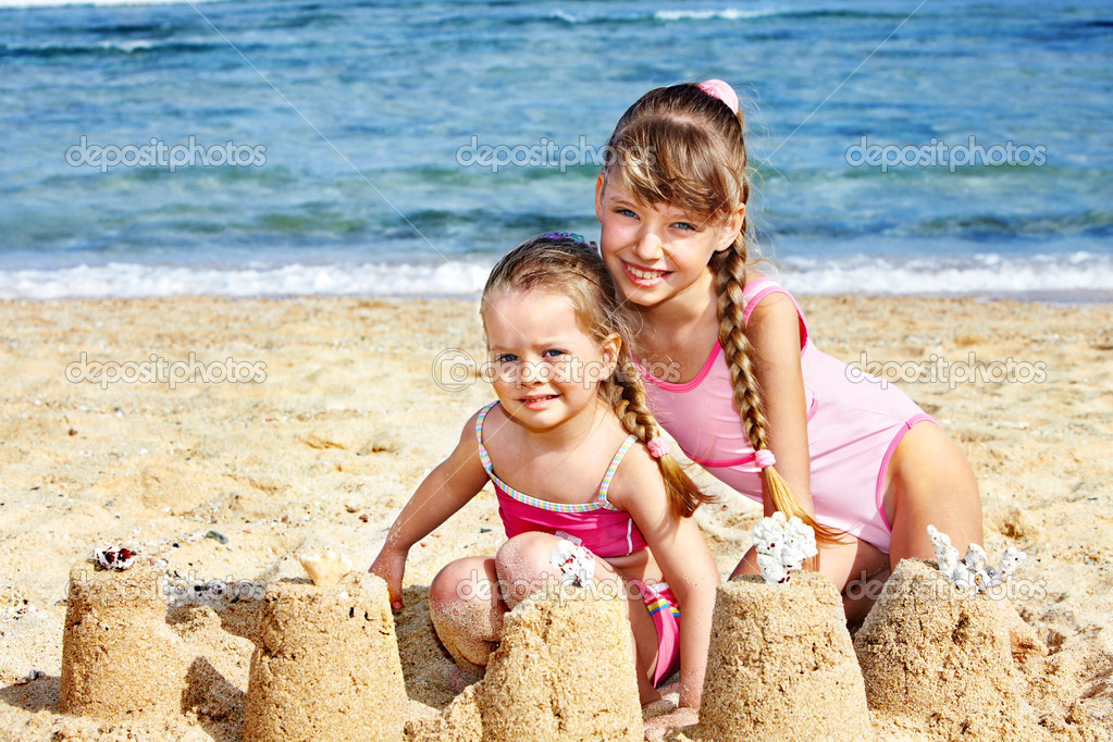 Little girl  playing on  beach. — Stock Photo #6335595