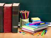 Libri e lavagna. materiale scolastico. — Foto Stock