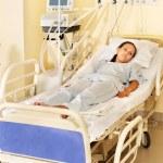 Женщина на Герни в операционной комнате — Стоковое фото