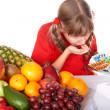 Child with fruit and vitamin pill. — 图库照片