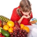 Ребенок с фруктов и витамин таблетки — Стоковое фото