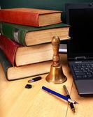 βιβλία και φορητό υπολογιστή. σχολικά είδη. — Φωτογραφία Αρχείου