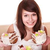 Chica con pastel de chocolate. — Foto de Stock