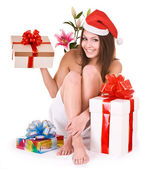 Kerstmis meisje in kerstmuts, bloem, geschenkbox in spa. — Stockfoto