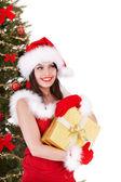 Niña de navidad en árbol de abeto y sombrero de santa con caja de regalo oro. — Foto de Stock