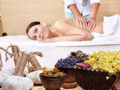 Mladá žena na masážní stůl v krása spa. — Stock fotografie