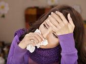 Ung kvinna med näsduk med kallt. — Stockfoto