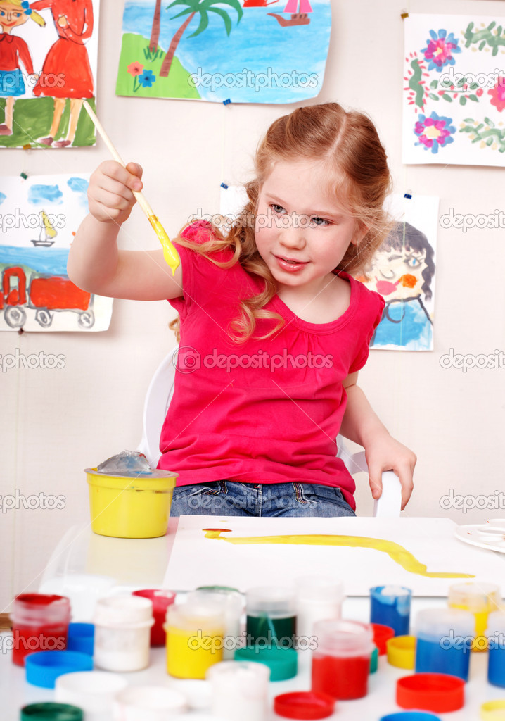 Little girl preschooler painting picture  in play room. — Stock Photo #6725709