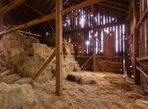 Wnętrze starej stodole z bel słomy — Zdjęcie stockowe