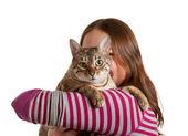 孟加拉小猫面对相机的年轻女孩的手臂上 — 图库照片