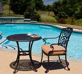 Petit déjeuner au bord de la piscine sur belle journée ensoleillée — Photo