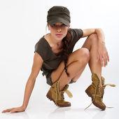 Mooie vrouw in militaire kleren. — Stockfoto