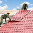 Foto Stock: Roofing work with metal tile
