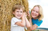 Smiley anne ve oğlu oynama — Stok fotoğraf
