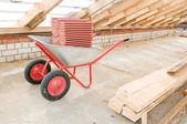Kil kiremit ile profesyonel galvanizli el arabası — Stok fotoğraf