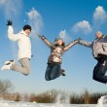 felice saltando in inverno — Foto Stock