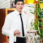 garçon en uniforme au restaurant — Photo