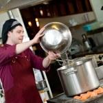 chef al lavoro in cucina — Foto Stock