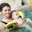 Little girl and mothe in swimming pool — Stock Photo #5458078