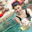 Little girl e mothe in piscina — Foto Stock