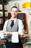 Menina garçonete de restaurante comercial — Fotografia Stock