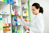 Donna chimico di farmacia in farmacia — Foto Stock