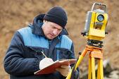 Agrimensor trabalha com estação total taqueómetros — Foto Stock