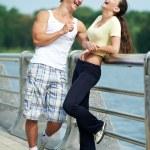 Молодой мужчина и женщина расслабляющий после пробежки — Стоковое фото