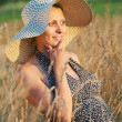 Foto Stock: Pregnant woman in field