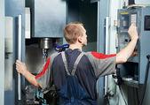 Werknemer bij machinale van tool workshop — Stockfoto