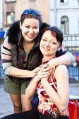 Portret dwóch młodych kobiet piękne dziewczyny. — Zdjęcie stockowe