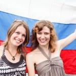 deux russes belles jeunes femmes sont debout sous le drapeau de la Russie — Photo