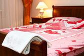 Cama vacía en dormitorio en tiempo de la tarde — Foto de Stock
