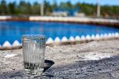 L'eau potable en verre debout sur le setler de traitement de l'eau — Photo