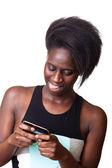Belle femme noire, tapant sur téléphone mobile — Photo