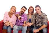 Groupe jeune, regarder la télévision sur le canapé — Photo