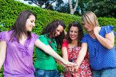 Nastoletnie koleżanki z ręką w stos — Zdjęcie stockowe