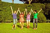 Adolescentes felizes, com os braços estendidos — Foto Stock