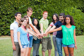 Szczęśliwy Grupa nastolatków z rąk na stos — Zdjęcie stockowe