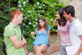 Tieners praten op park — Stockfoto