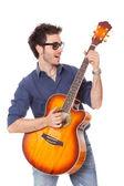 Suonare la chitarra divertente giovane — Foto Stock