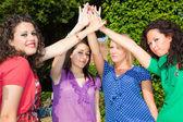 Amigas adolescentes con mano en pila — Foto de Stock