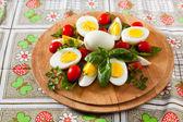 Gekookte eieren op snijplank — Stockfoto